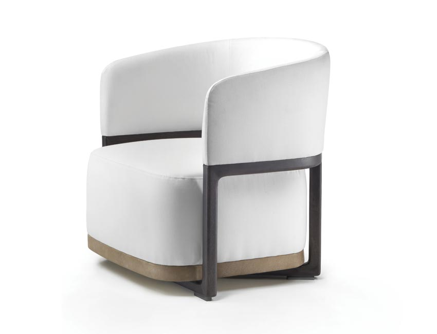 A compact and elegant armchair that rests on a light wooden skeleton, in which to insert the high seat cushion. The padded back has a U shape, wrapping the seat, and a cowhide band marking the base. A clean design, but with a yesteryear tone.