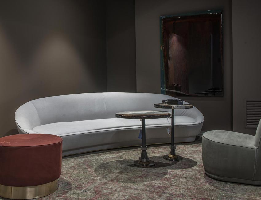 sensual and elegant. The baxter sofa. The rounded lines of the back and armrests recall elements found throughout the history of the brand, but are cleaner and sharper here. Like a big, enveloping, and highly treasured cape.